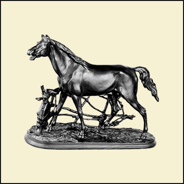 Конь в изгороди   270х370х130